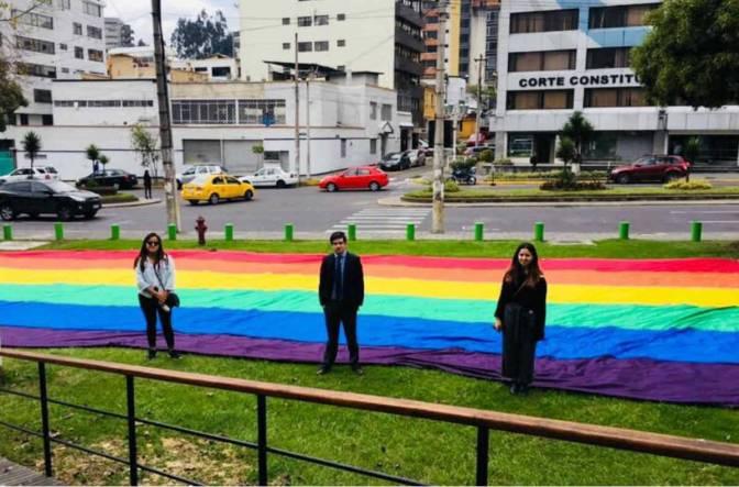 Corte de Ecuador reconoce que niña lleve apellidos de sus dos madres