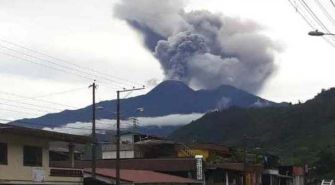 Leve caída de ceniza del volcán Reventador en Tababela y Puembo