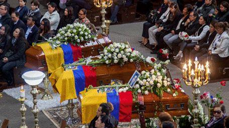 Ecuador sepulta a los tres periodistas asesinados en la frontera norte