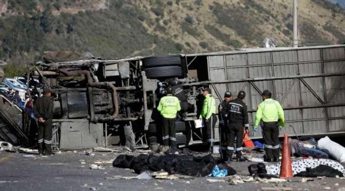 24 muertos y 22 heridos por volcamiento de bus en la vía Pifo-Papallacta