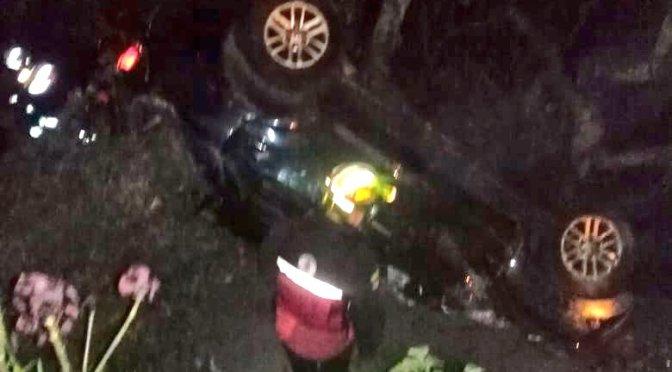 Tres heridos tras caer en un auto a quebrada de Cumbayá