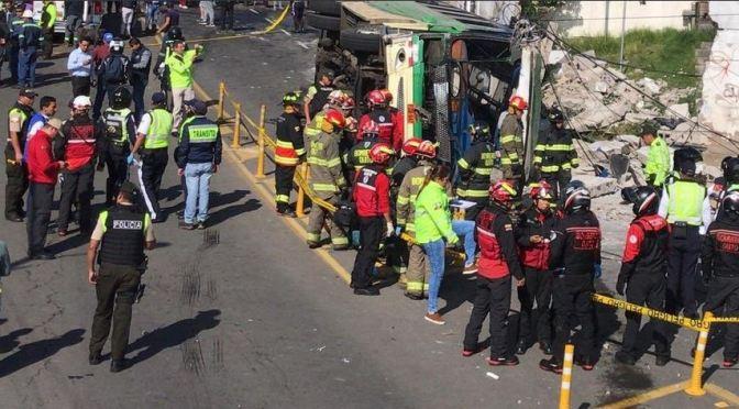 Cinco muertos y 38 heridos por volcamiento de bus en Conocoto