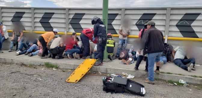 28 personas heridas tras volcamiento de bus en Pifo
