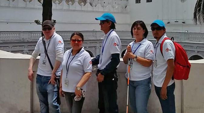 Guías turísticos con discapacidad visual enseñan a sentir a Quito